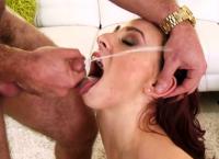 Carmen Capri fica com a boca coberta de esporra