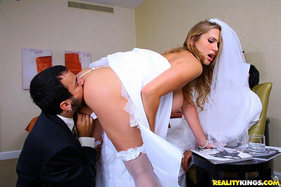 casada-traindo-marido-chupando-o-cu-da-noiva-antes-de-a-foder