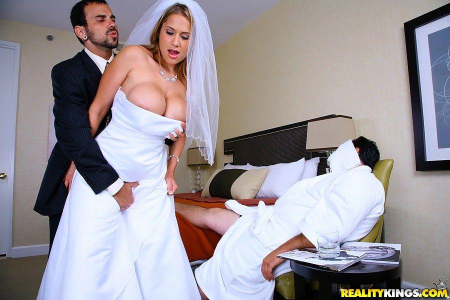 casada-traindo-marido-motorista-apalpando-a-noiva-no-quarto-onde-o-marido-dorme