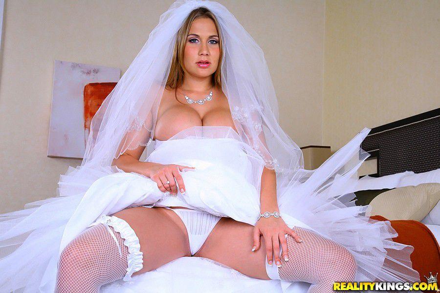 casada-traindo-marido-noiva-loira-mostrando-a-cueca-levantando-o-vestido