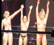 evento-de-mma-tem-ring-girls-de-topless-exibicionismo