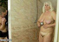 Flagrou a mulher no banheiro e ela deixou lhe foder