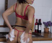 fotos-sexy-morena-de-luxo-brinca-com-sabao-na-cozinha-em-lingerie-rosa-06