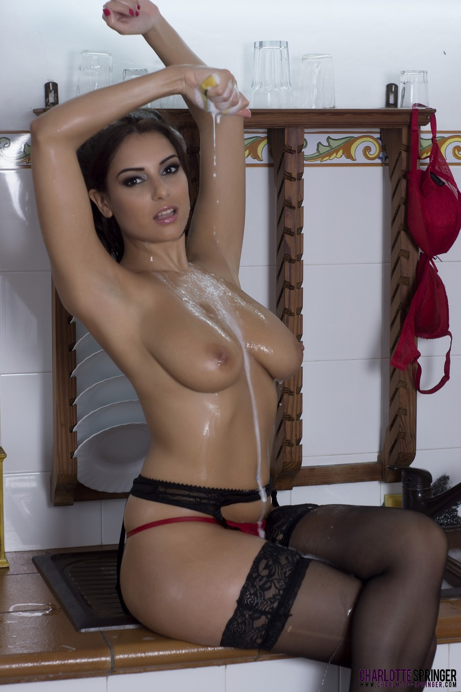 fotos-sexy-morena-de-luxo-brinca-com-sabao-na-cozinha-em-lingerie-rosa-13