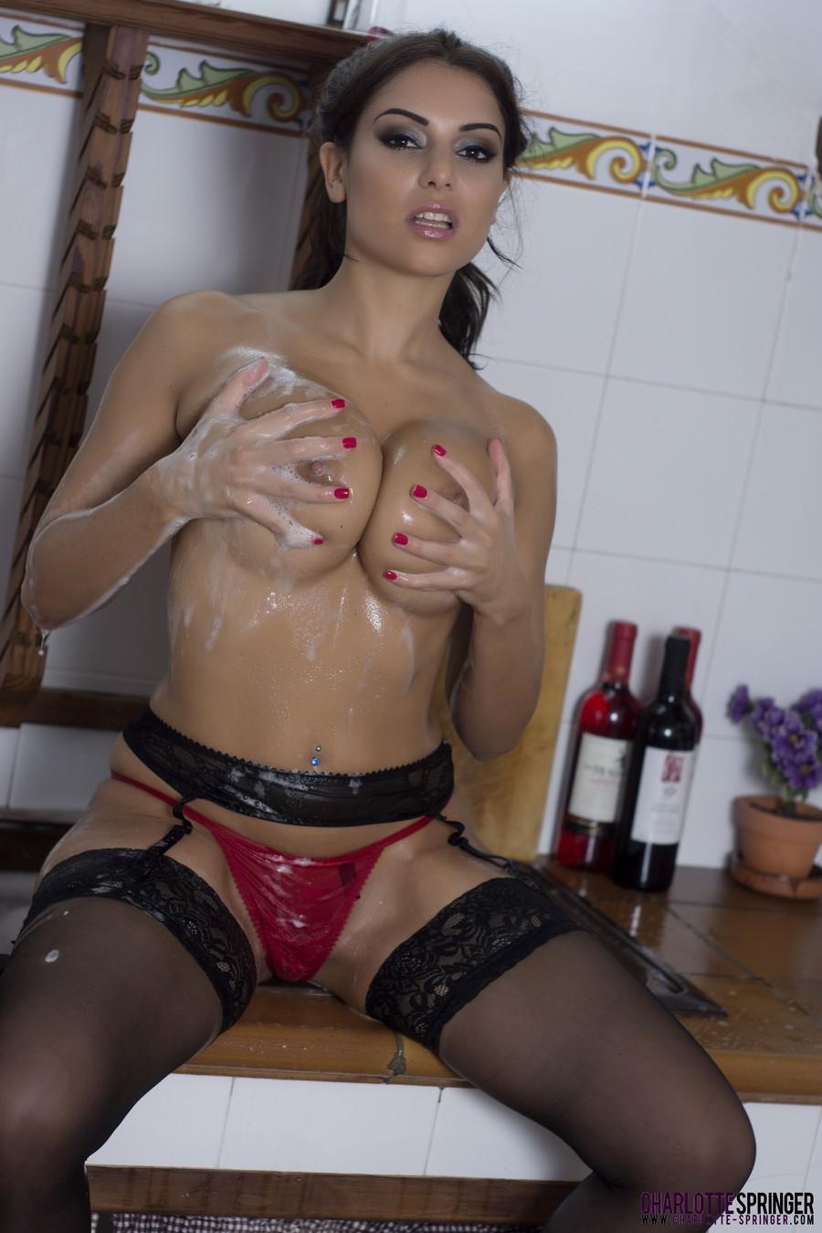 fotos-sexy-morena-de-luxo-brinca-com-sabao-na-cozinha-em-lingerie-rosa-15