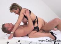 Lady Sonia fode em cima da mesa de massagem
