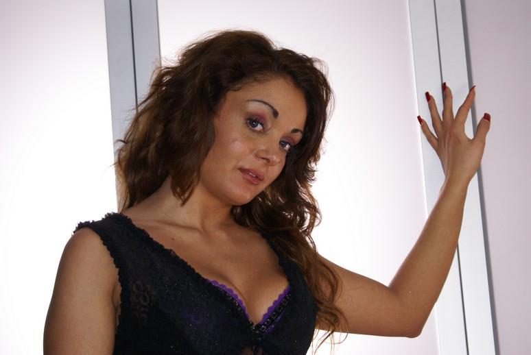 Mónica Doce - Fotos Porno no Sofá Vermelho 5