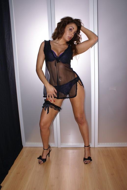 Mónica Doce - Fotos Porno no Sofá Vermelho 6