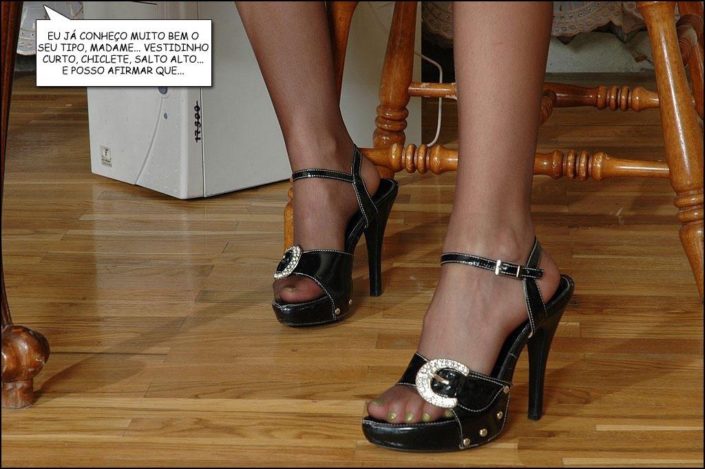 pernas e sapatos de salto alto com meias de vidro pretas