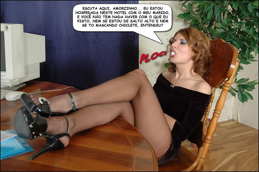 Casada excitando segurança do hotel mostrando as pernas em cima da mesa