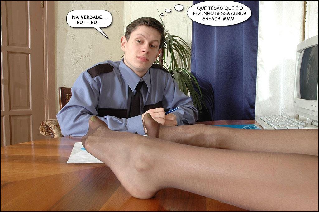 Homem cheio de tesão com pernas de mulher casada