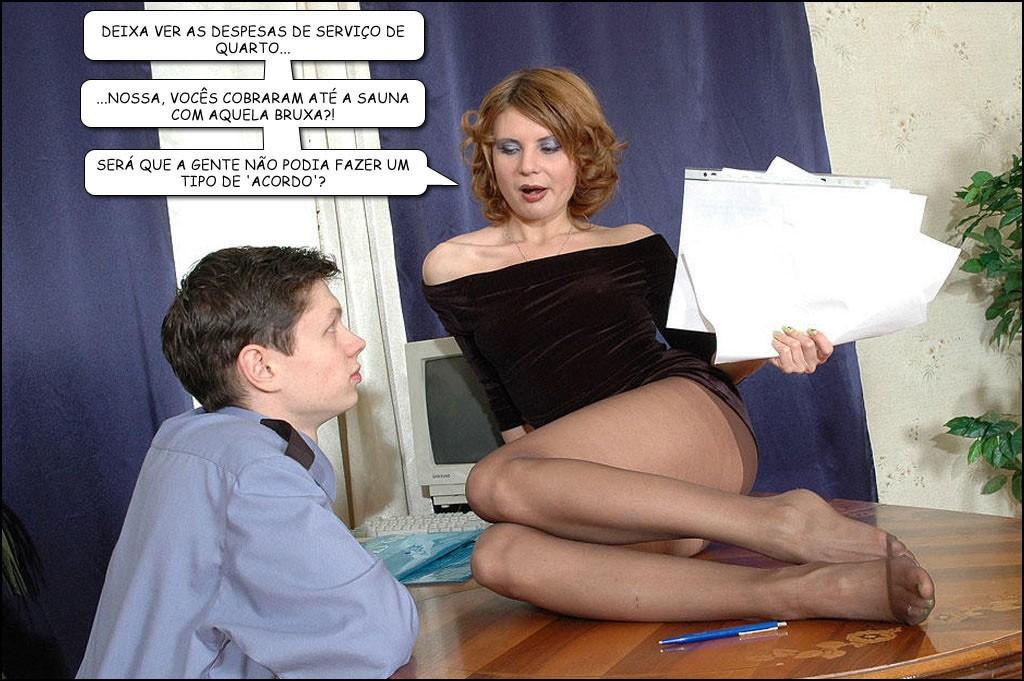 Sentada na mesa seduzindo o garoto