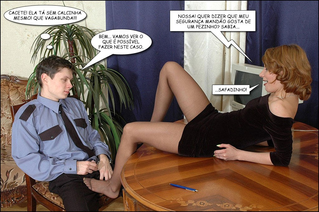 casada excita homem jovem mostrando que está sem cuecas e encostando o pé ao penis dele