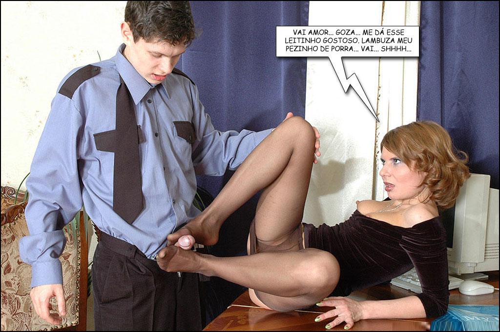 Madura masturba penis jovem com os pés