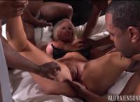 Mulher fode com seis homens negros