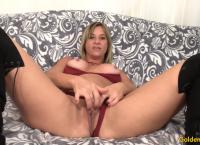 Mulher madura apresenta-se e fode-se