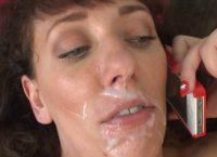 Mulher madura com grandes mamas leva um facial cheio de esperma quentinho