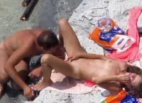 Namoradinhos Indo A Praia De Nudismo Se Divertir
