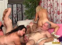 Quatro putas maduras com um vibrador antes de foderem