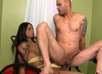 Travesti Rosy Pinheiro penetra um homem